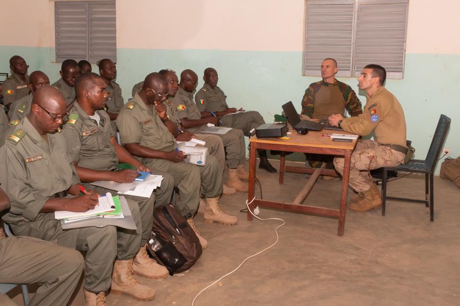 EUTM-MALI forme les futurs formeurs des régions militaires de Ségou et Sikasso sur la sécurisation du processus électoral 2018